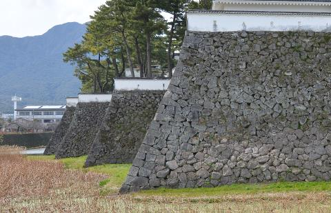 004+201410びょうぶ折になった石垣(平成26年10月号)1